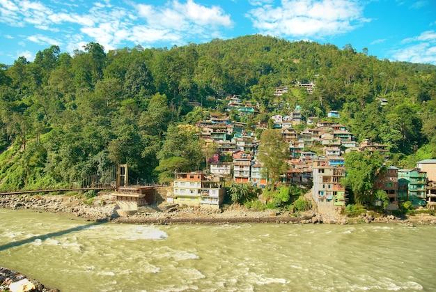 Domy w miasteczku nad rzeką. indie, sikkim, gangtok
