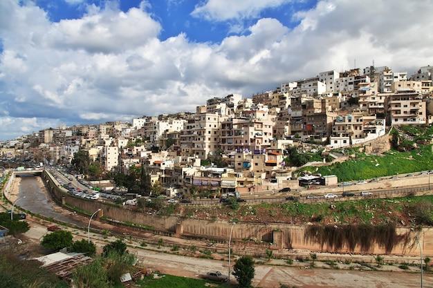 Domy w mieście trypolis w libanie, na bliskim wschodzie