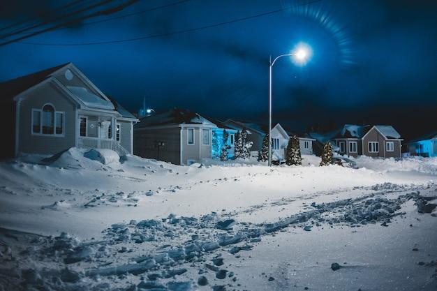 Domy w nocy ze śniegiem