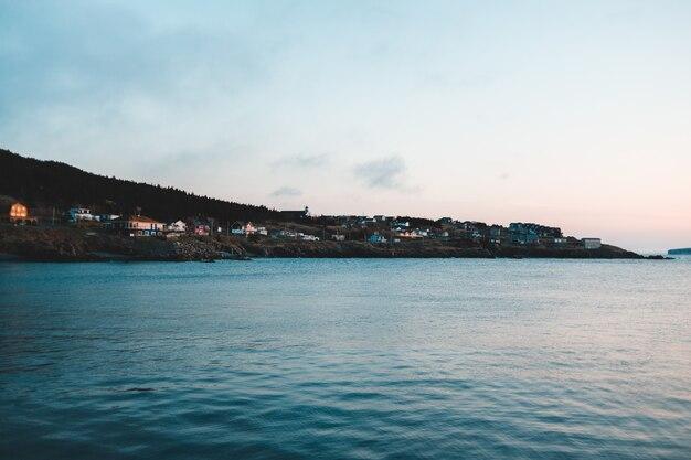 Domy w pobliżu oceanu i czyste niebo