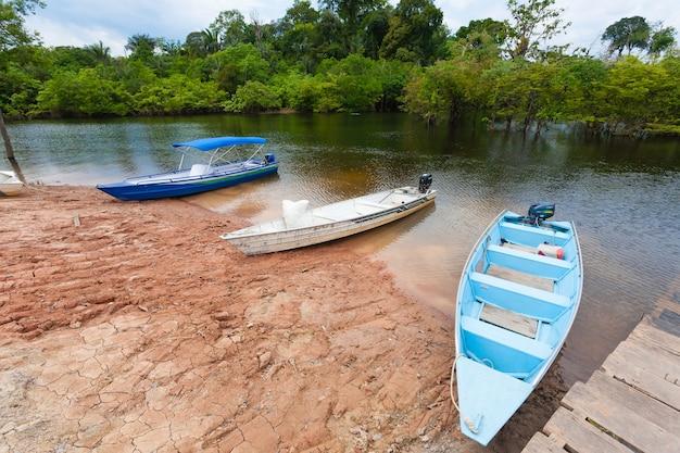 Domy wzdłuż amazonki. brazylijski region podmokły. żeglowna laguna. punkt orientacyjny ameryki południowej.