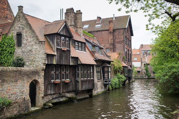 Domy wzdłuż kanałów w brugii lub brugii w belgii