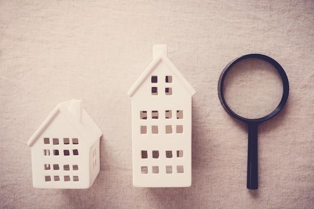 Domy wzorcowe i szkło powiększające, poszukiwanie domu