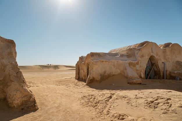 Domy z filmu planety tatouine ustawione na planie filmu gwiezdne wojny w tunezji