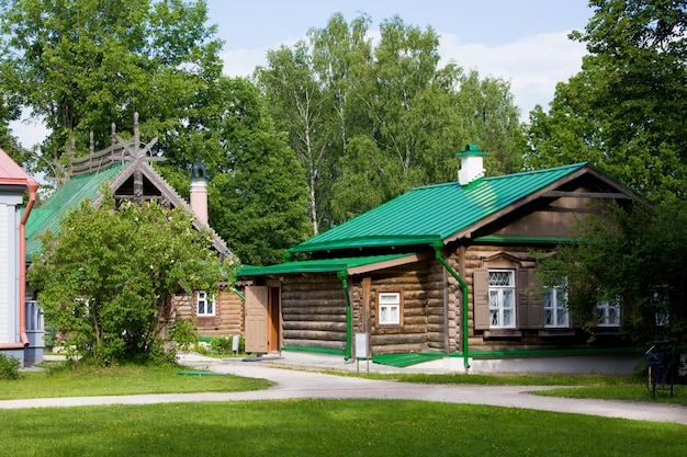 Domy z rzeźbionym drewnianym ornamentem w museum-reserve abramtsevo