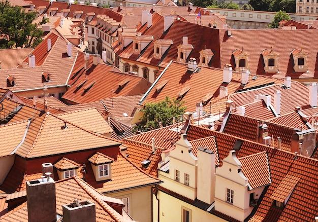 Domy z tradycyjnymi czerwonymi dachami na rynku starego miasta w pradze w czechach