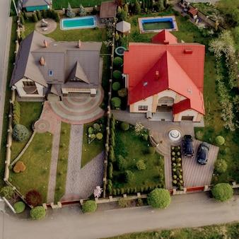 Domy z utwardzonym podwórkiem z trawnikami z zielonej trawy