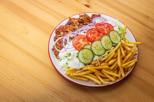 Doner kebab lub gyros na talerzu z frytkami