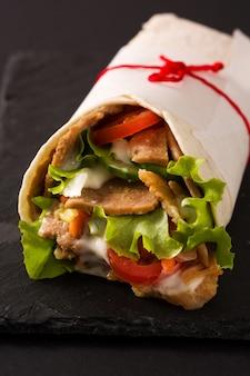 Doner kebab lub shawarma kanapka na czarny łupek zamknij się