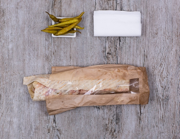 Doner kebab na drewnianym stole