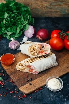 Doner kebab shawarma lub doner wrap grillowany kurczak