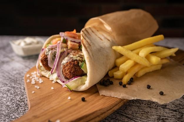 Doner kebab shawarma w jamie ze świeżym mięsem