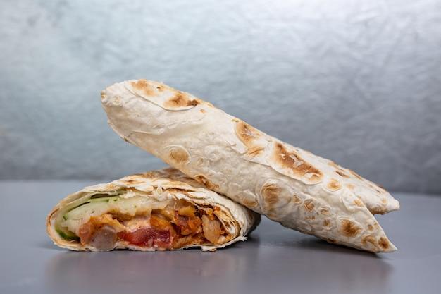 Donery w chlebie pita z nadzieniem drobiowym i warzywami.
