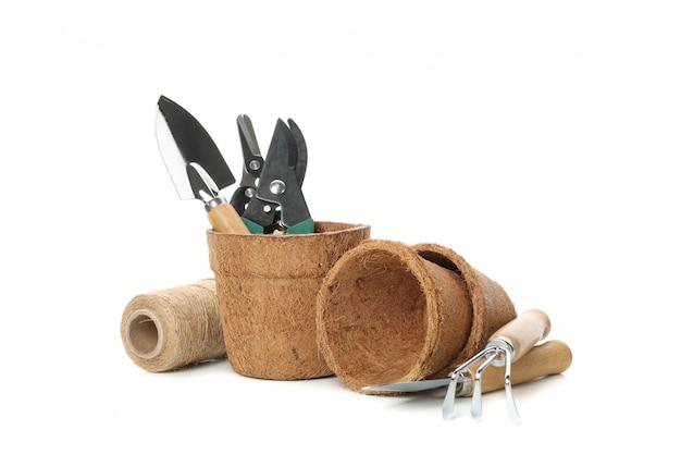 Doniczki i narzędzia ogrodnicze na białym tle