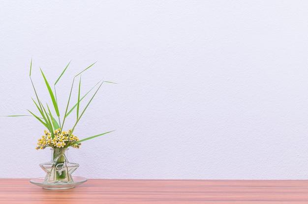 Doniczki i rośliny są na twoim biurku