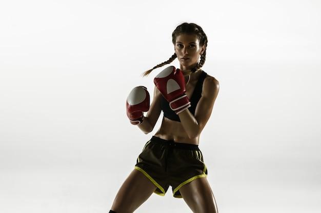 Dopasowana kaukaska kobieta w boksie odzieży sportowej na białym tle studio
