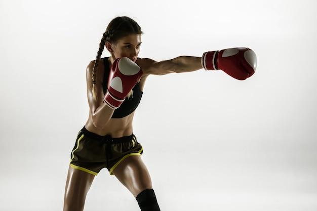 Dopasowana kaukaska kobieta w boksie sportowej na białym tle