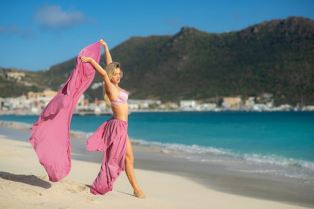 Dopasowanie i sportowy młoda dziewczyna pozuje na plaży. podróże, wolność, szczęście, wakacje, wakacje, koncepcja