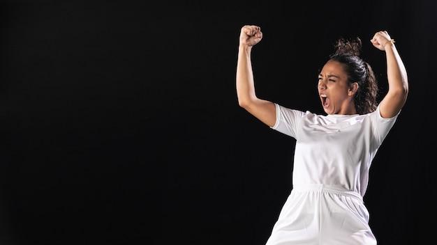 Dopasowanie kobieta świętuje w odzieży sportowej