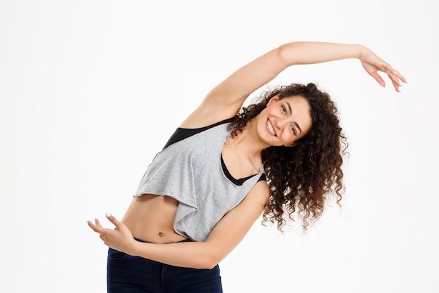 Dopasowanie kręcone dziewczyna robi ćwiczenia fitness