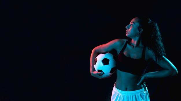 Dopasowanie młoda dziewczyna w odzieży sportowej