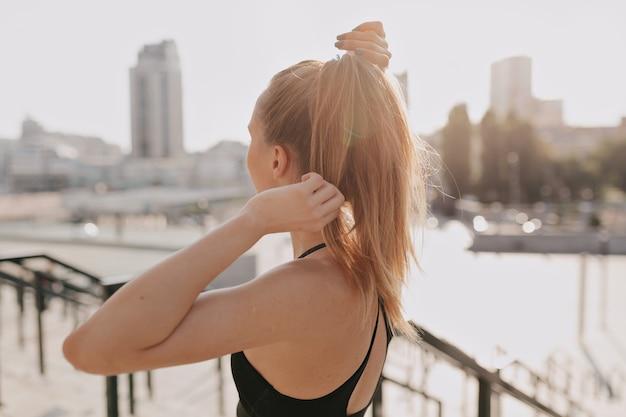Dopasowanie młoda kobieta w stroju sportowym. ćwiczenia na świeżym powietrzu sprawna kobieta.