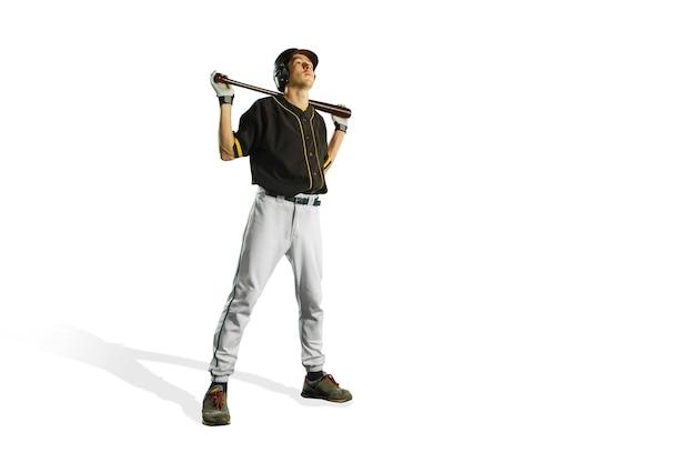 Dopasowany kaukaski mężczyzna baseballista grający w studio. sylwetka na białym tle