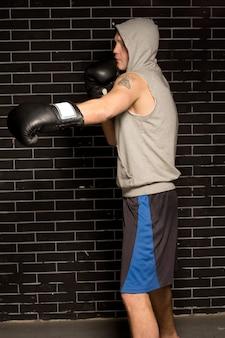Dopasowany muskularny młody bokser