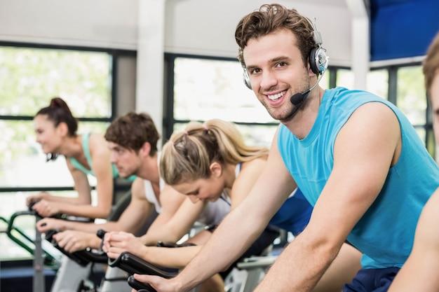 Dopasuj grupę osób korzystających z roweru treningowego razem na siłowni