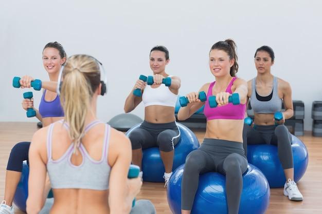 Dopasuj klasy ćwiczenia z hantlami na piłki fitness