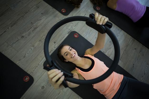 Dopasuj kobieta ćwiczenia z pierścieniem pilates