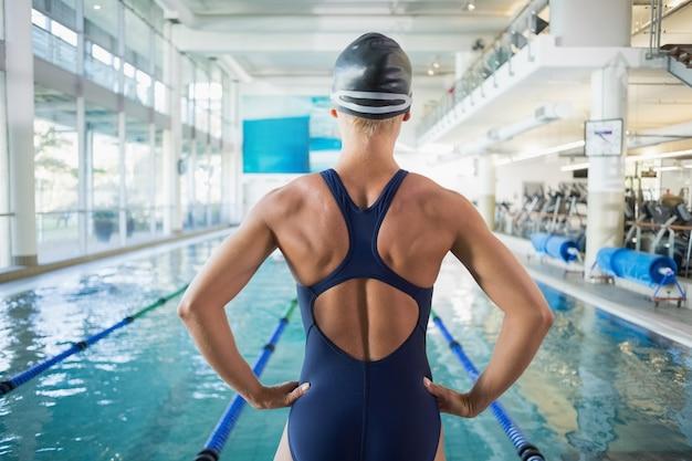 Dopasuj kobietę pływaka przy basenie w centrum rekreacji