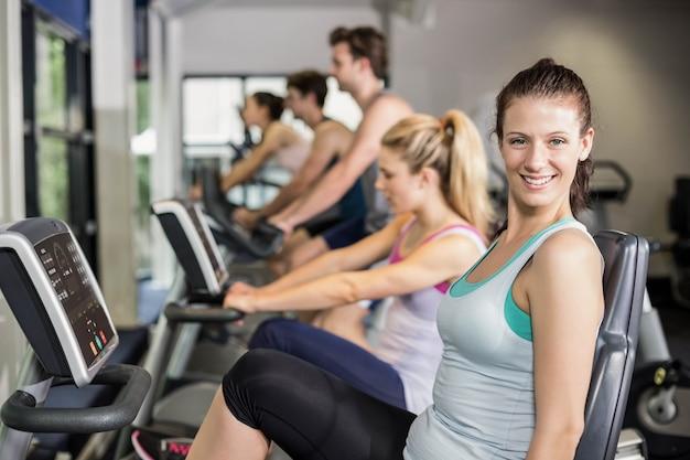 Dopasuj ludzi do ćwiczeń na siłowni