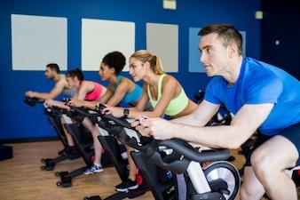 Dopasuj ludzi do klasy spin na siłowni