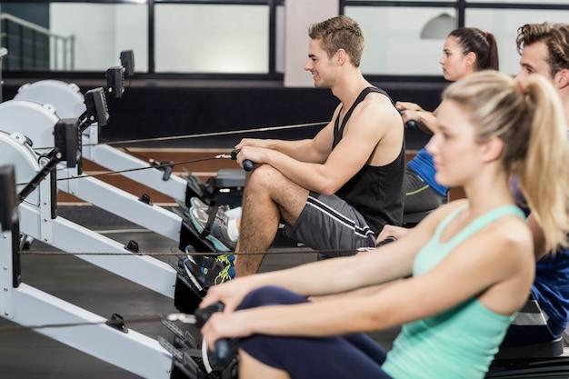 Dopasuj ludzi na maszynie do rysowania na siłowni