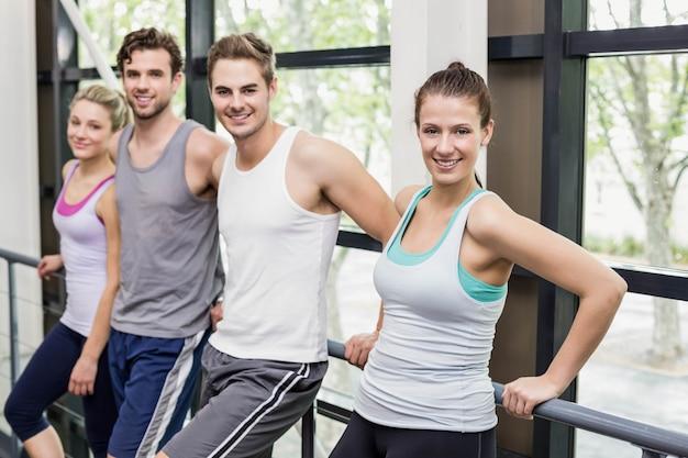 Dopasuj ludzi pozowanie razem na siłowni crossfit