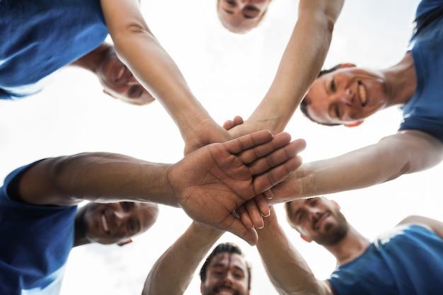 Dopasuj ludzi z rękami ułożonymi w bootcampie