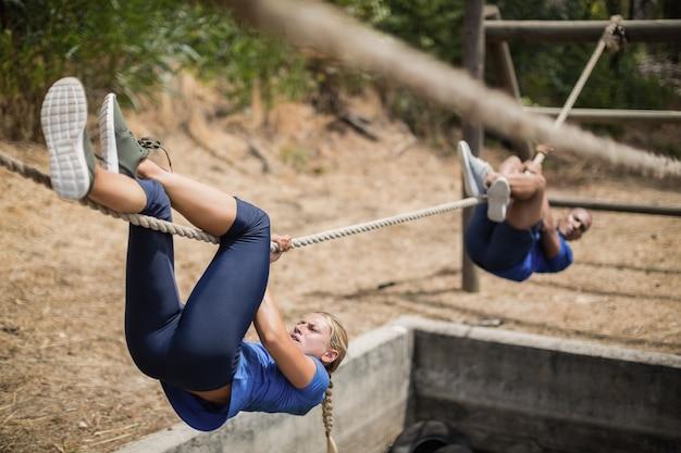Dopasuj mężczyznę i kobietę do przekraczania liny podczas toru przeszkód w obozie treningowym