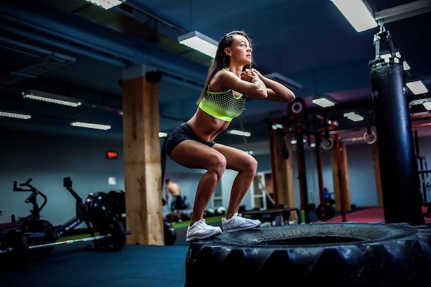 Dopasuj młoda kobieta skoki w stylu crossfit
