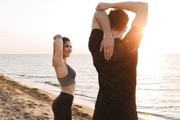 Dopasuj młodą parę rozciągających ręce podczas ćwiczeń