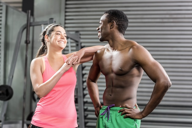 Dopasuj para z rękami na biodrach na siłowni crossfit