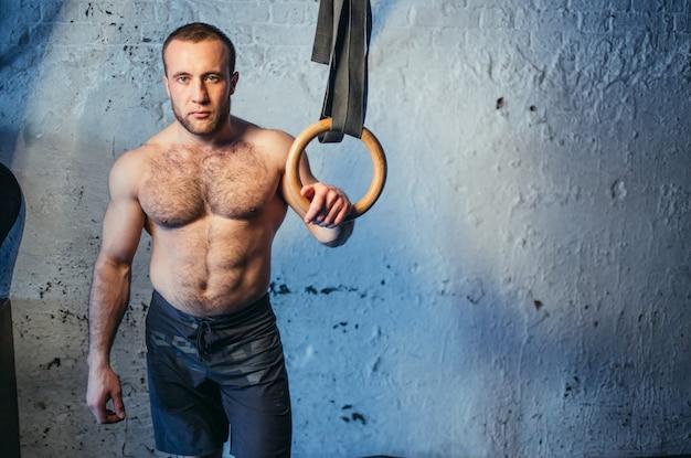 Dopasuj pierścień do ćwiczeń mężczyzna przygotuj się do treningu na siłowni