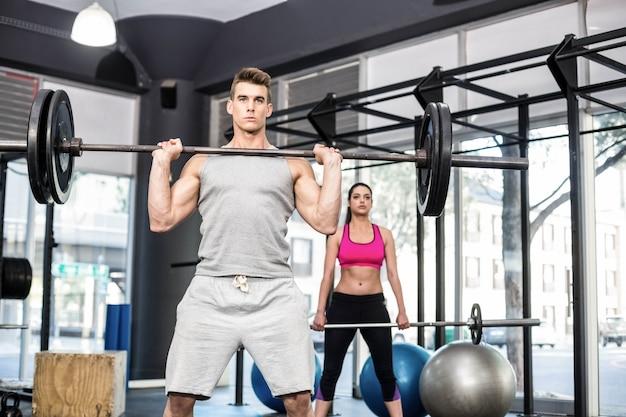 Dopasuj sztangę podnoszenia para w siłowni