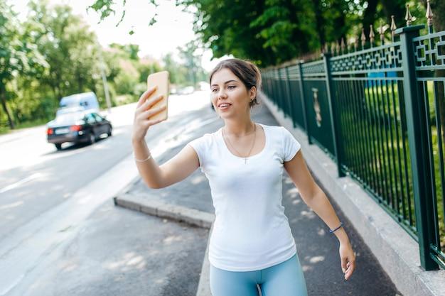 Dopasuj zdrową, młodą dziewczynę nagrywającą swój blog wideo