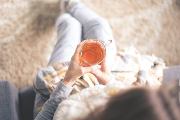 Dopinguj w domu. młoda kobieta chora leczona w domu
