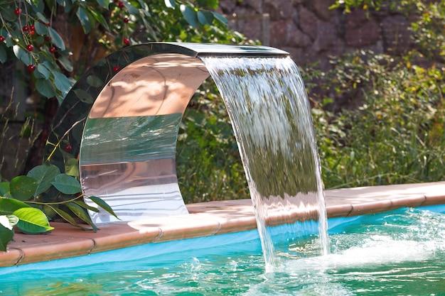 Dopływ wody do basenu wodospadem