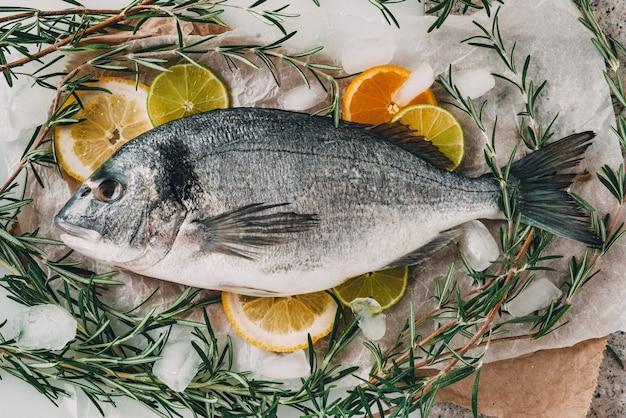 Dorada morska na blasze do pieczenia z rozmarynem cytryna pomarańcza pomidor ostra papryka i limonka