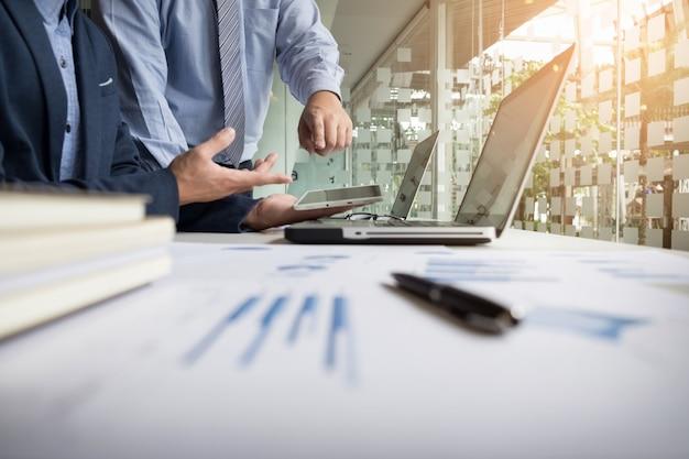 Doradca biznesowy analizujący dane finansowe oznaczające postępy w pracy firmy.