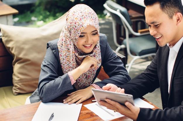 Doradca biznesowy analizujący dane finansowe spółki