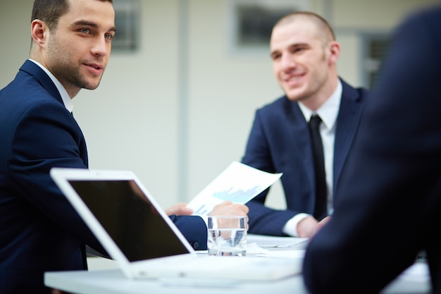 Doradca biznesu analizując raport